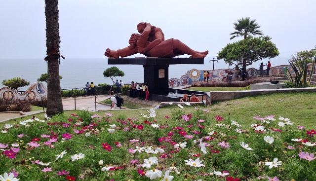 Miraflores Parque del Amor Lima embrace