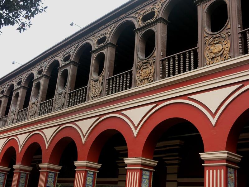 santo-domingo-church-courtyard-balconies-lima-peru