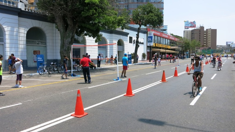 ciclodia-arequipa-avenue-bike-path-lima-miraflores-volleyball