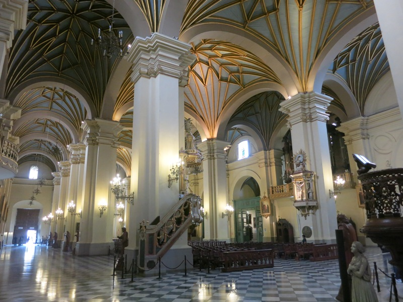 lima-cathedral-nave-aisle-sanctuary