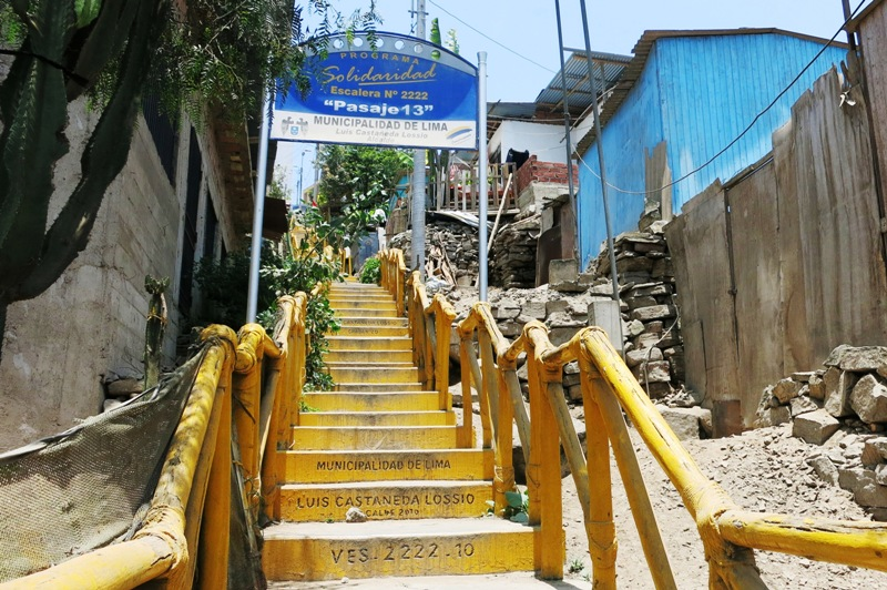 villa-el-salvador-shantytown-yellow-staircase-mountains-solidaridad-luis-castaneda-lossio